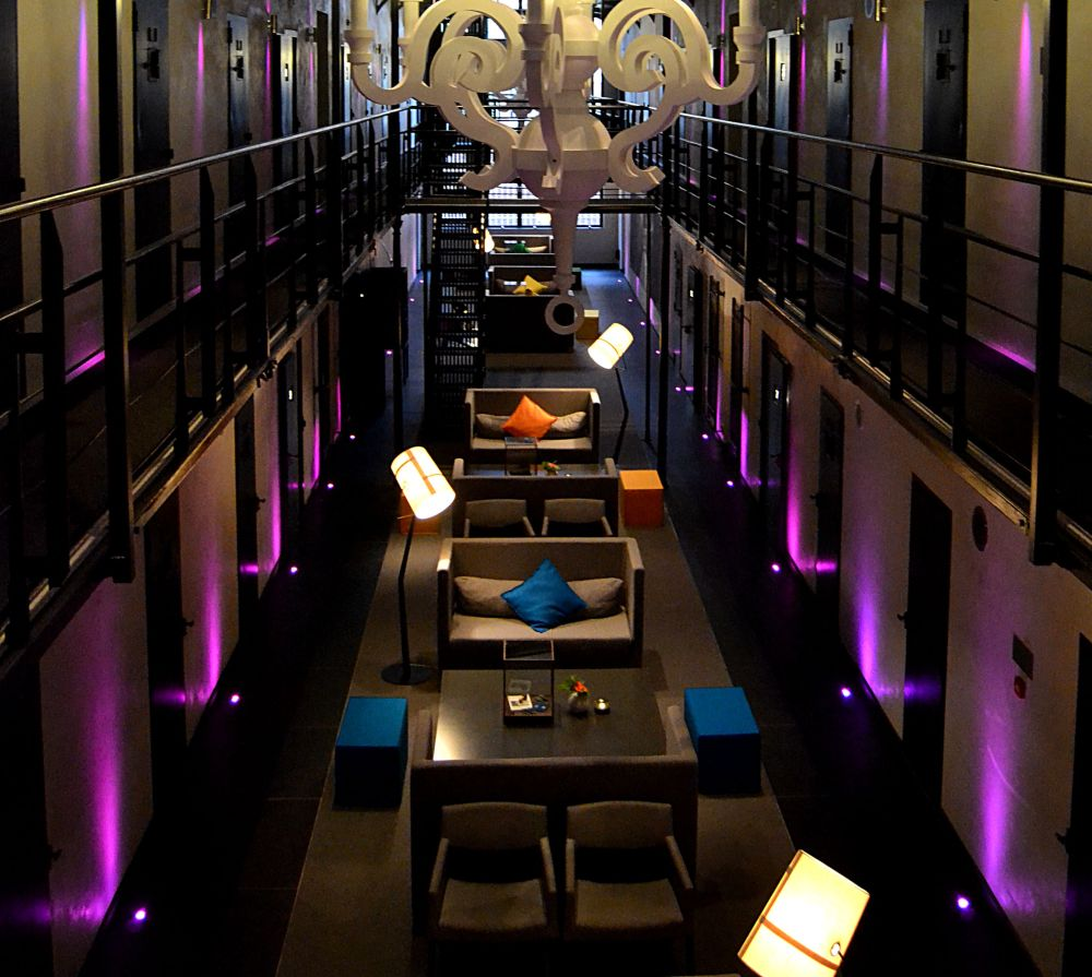 HET ARRESTHUIS hotel prison inside purple