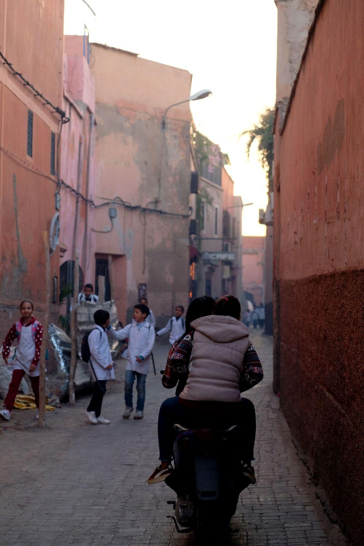 Motorbike in a narrow street, Naviguer entre la Médina et la ville nouvelle, Marrakech