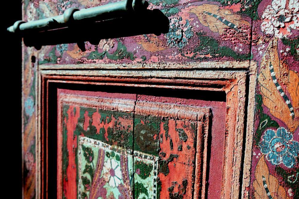 Painted door, Entrer dans les jardins et les palais : de Majorelle à Bahia, Marrakech