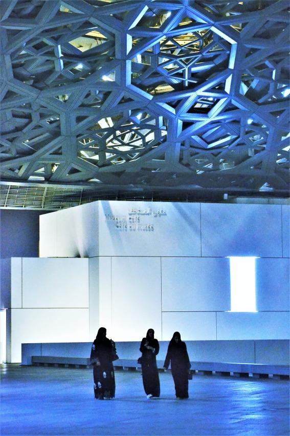 AbuDhabi-Louvre-women